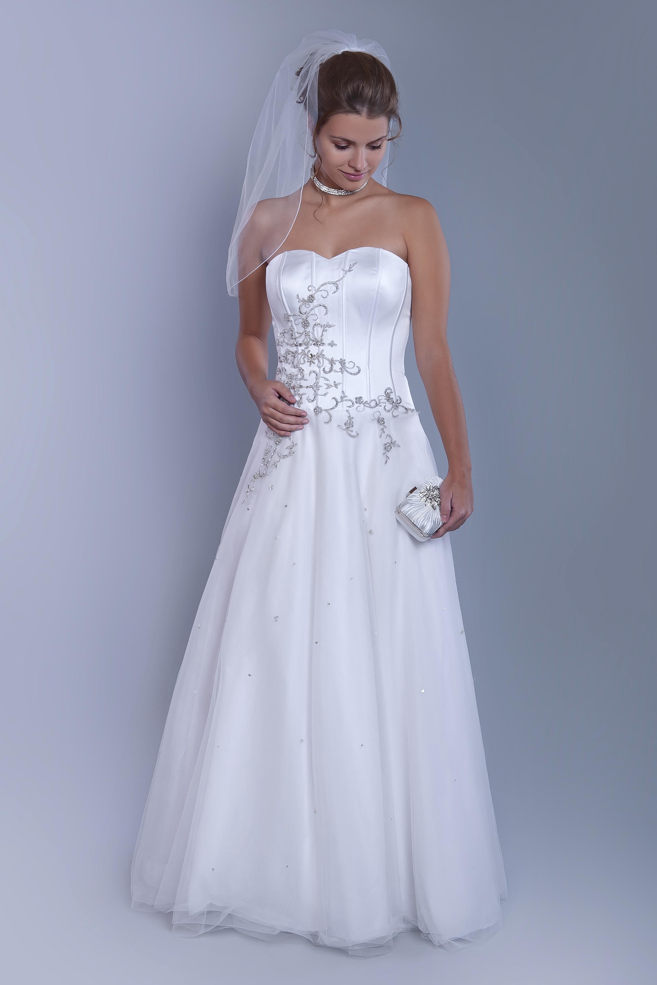 6524c498b0f Bílé svatební šaty se stříbrnou výšivkou